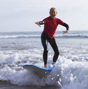 Kali Kania beim Surfen an der Algarve-Küste