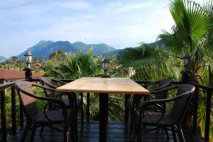 Eine Terrasse mit spektakulärer Naturkulisse.