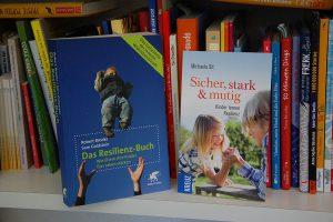 Zwei Fachbücher zum Thema Resilienz.