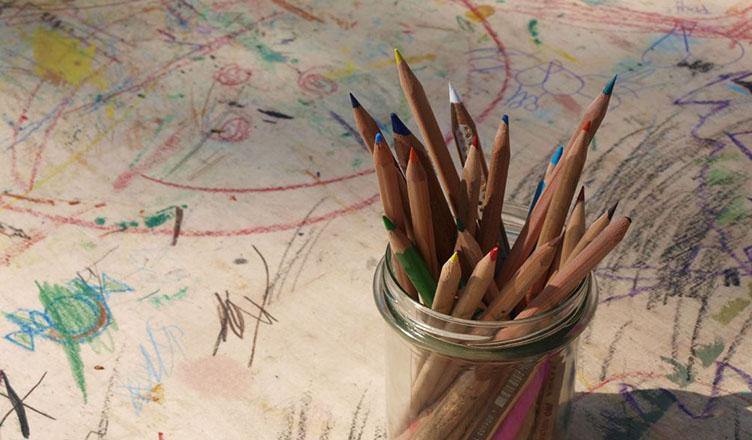 Malen, werken, kreativ sein – die vamos Kinderbetreuung regt die Fantasie an.