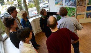 Die Juroren des 5. vamos Illustratorenwettbewerbs diskutieren die eingesandten Werke.
