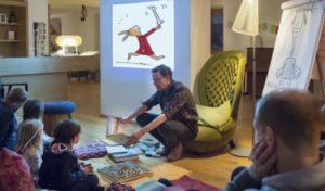 vamos Lesezeit im Park Hotel Azalea im Fleimstal: Autor Philip Waechter liest Kindern aus seinen Büchern vor.
