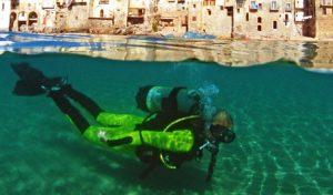 Taucher im klaren Wasser vor der Küste Siziliens