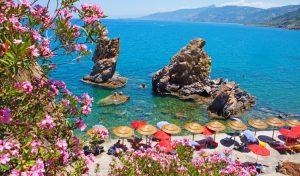 Die Bucht vor dem Hotel Kalura - traumhaft zum Tauchen und Baden im Familienurlaub