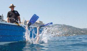 Mit dem Boot geht es im vamos Familienurlaub vom Hotel Kalura zu abwechslungsreichen Tauchplätzen vor der Küste Nordsiziliens