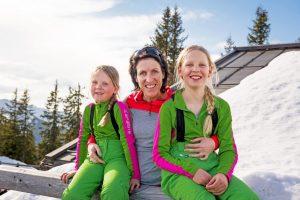 Nadja Blumenkamp mit ihren Töchtern Johanna und Katharina