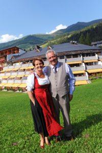 Agnes und Willi Rainer vor ihrem Hotel, dem Family Resort Rainer in Sexten, Südtirol