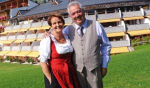 Agnes und Willi Rainer vor ihrem Hotel, dem Family Resort Rainer