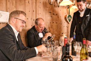 Benjamin (links) und Helmuth (Mitte) Raffeiner bei einer Weinverkostung im Oberraindlhof