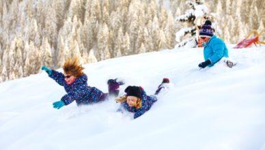 Für einen Skiurlaub mit Kindern gehören leider viele Sachen in den Koffer: Skianzug, Mütze, Handschuhe und und und.
