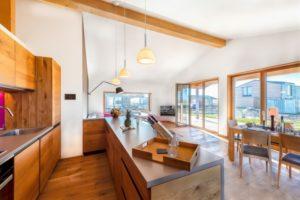 Die Wohnküche im Ferienhaus im Resort Gud Jard auf Pellworm.