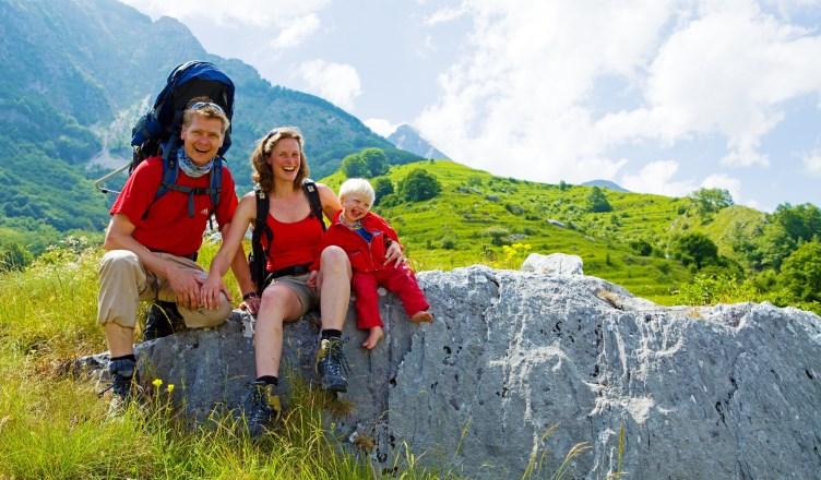 Eltern mit Kleinkind machen eine Wanderpause im Garfagnana-Tal in der Toskana