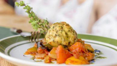 Moderne Alpenküche wird im Biohotel Grafenast in Tirol serviert: z.B. kreative Knödel-Variationen.
