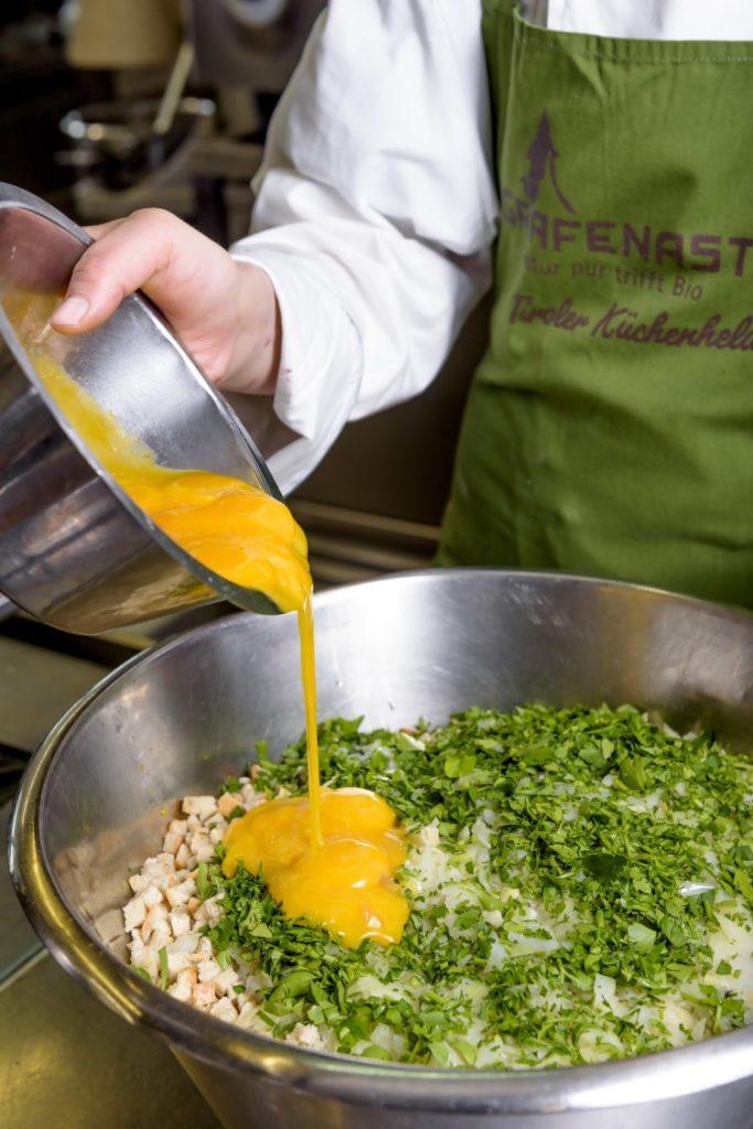 Auch für die Knödel verwendet der Koch im Biohotel Grafenast nur Zutaten aus kontrolliert biologischem Anbau.