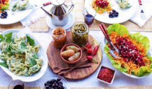 Ein gedeckter Tisch mait kalbrischen Spezialitäten vom Agriturismo Pirapora