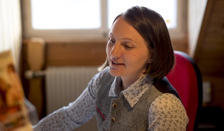 Katharina Ferner begrüßt Familien im Urlaub auf der Tonnerhütte in der Steiermark