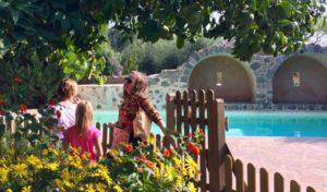 Familie im Garten am Pool der Villa Daphnis und Chloe auf Lesbos