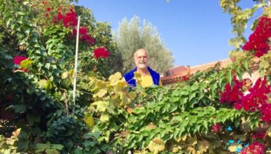 Gastgeber Iannis Troumpounis im Garten der Villa Daphnis unc Chloe auf der Insel Lesbos