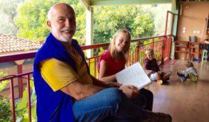 Iannis zeigt jungen Gästen die Bücher der Villa Daphnis und Chloe