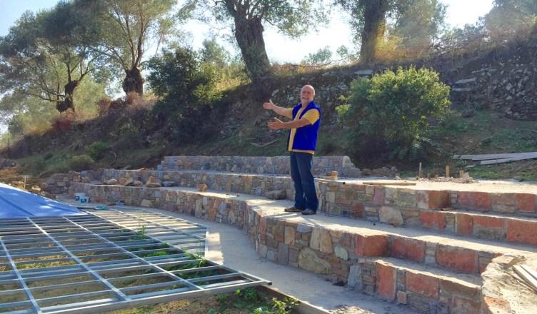 Iannis präsentiert uns sein neuestes Projekt: die Bühne an der Villa Daphnis und Chloe