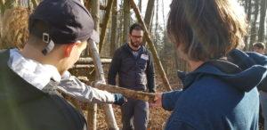 Julian Grams zeigt den angehenden vamos Kinderbetreuern wie sie mit Kindern eine Hütte bauen können.