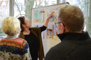 Am Ende sind die Preisträger gefunden. Barbara Gelberg weist auf zeichnerische Details des Sieger-Entwurfs hin.