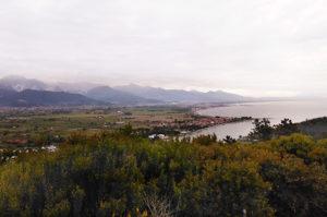 Ausblick auf Flussmündung des Flusses Magra in Lugiurien/Italien.