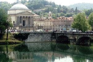 Ein Palast in Turin am Ufer des Flusses Po.