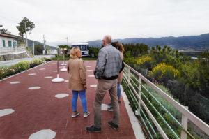 Eine große Terrasse vor dem Restaurant Terrazza Belvedere mit Panoramablick.