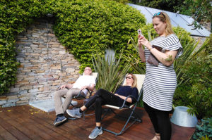3 vamos Mitarbeiter auf der Terrasse des Relais del Maro