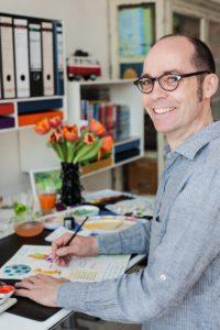 Autor und Illustrator Ingo Siegner beim Malen seiner Figuren