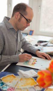 Autor Ingo Siegner konzentriert beim Illustrieren seiner Figuren