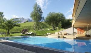 Der Aussenpool des Naturhotel Chesa Valisa im Sommer