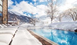 Der Aussenpool des Naturhotel Chesa Valisa im Winter