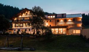 Das Naturhotel Chesa Valisa in der Dämmerung