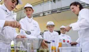 Vamos und Europa Miniköche: Kinder kochen gemeinsam mit einem Profikoch