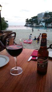 Mit einem guten Wein oder leckeren Bier sitzen die Eltern abends gern im Restaurant am Strand während die Kinder im Sand buddeln.